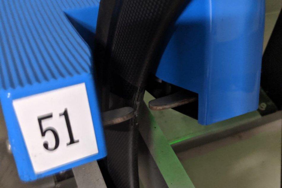 駐輪場の車輪ロックとカーボンホイール