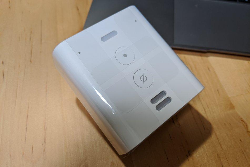 Amazon Echo Flexの本体。充電器みたいな見た目