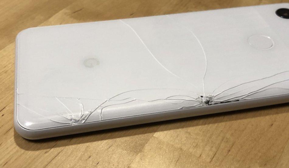 Google Pixel3の背面のガラスが割れた様子