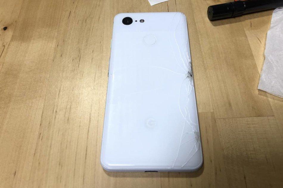スマートフォンの割れたダメージの大きい部分はレジンで塞ぎきれいになった