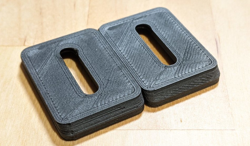 積層0.2mm(画像左)と0.08mm(画像右)で印刷したアルカスイス規格のプレート